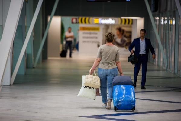 Пассажиры ждут вылета в стерильной зоне аэропорта, желающих разместят в гостинице