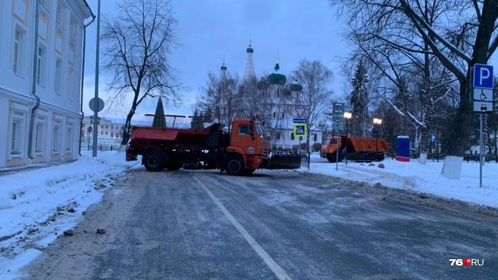 В Ярославле машинами для уборки города перекрыли площадь вместо того, чтобы убирать снег