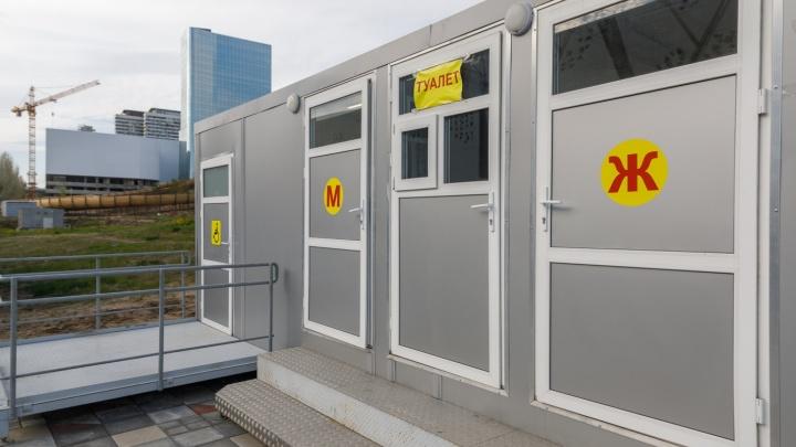 «С моста могут увидеть»: новые общественные туалеты в центре Волгограда закрыли на ремонт