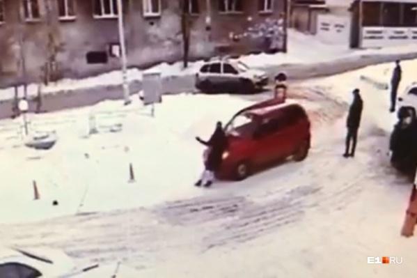 Хозяйка Daewoo Matiz нажала на газ и поехала по парковке с матерью грудного ребенка на капоте