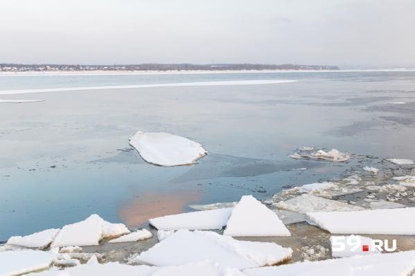 Место, где погиб пермяк, старались обходить местные рыбаки. Лед там был тонким