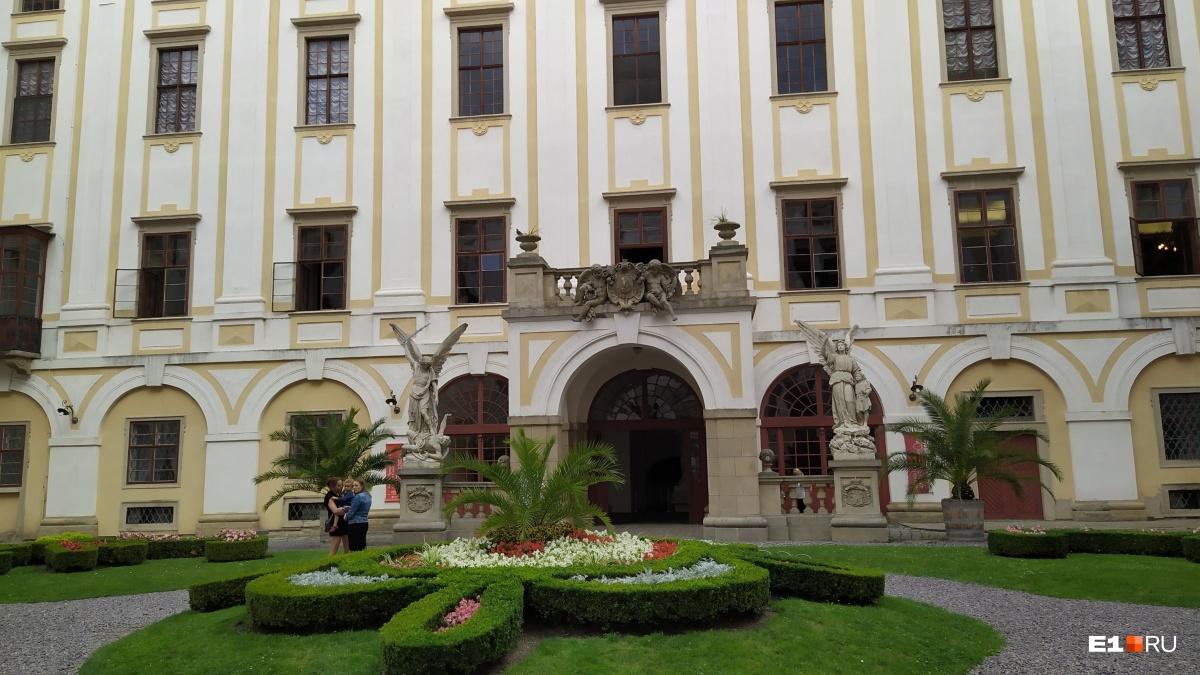 ТакАрхиепископский дворец выглядит снаружи