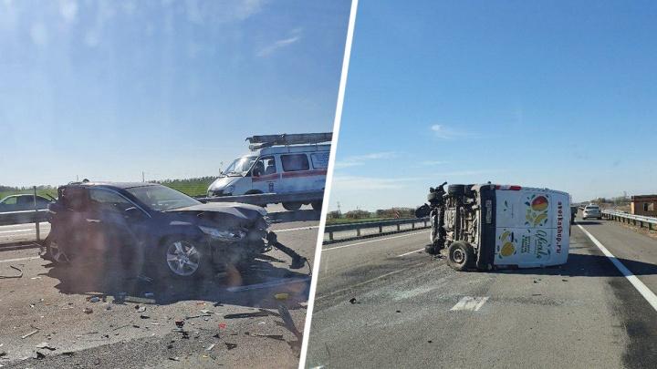 На трассе Ростов — Таганрог столкнулись легковушка и курьерская машина. Пострадали три человека