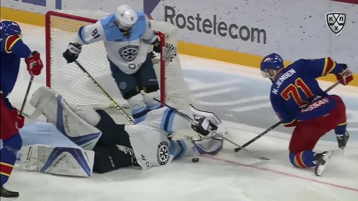 Видео: красивый сейв вратаря «Сибири» вошёл в десятку лучших в КХЛ