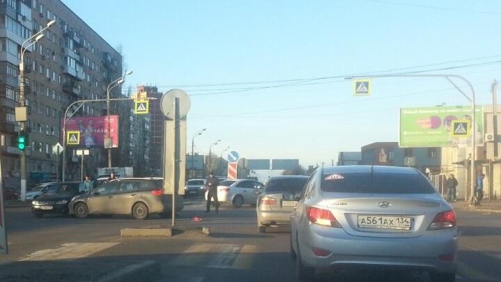 «Он сам подставился под машину»: утренняя авария сковала пробкой Вторую Продольную Волгограда