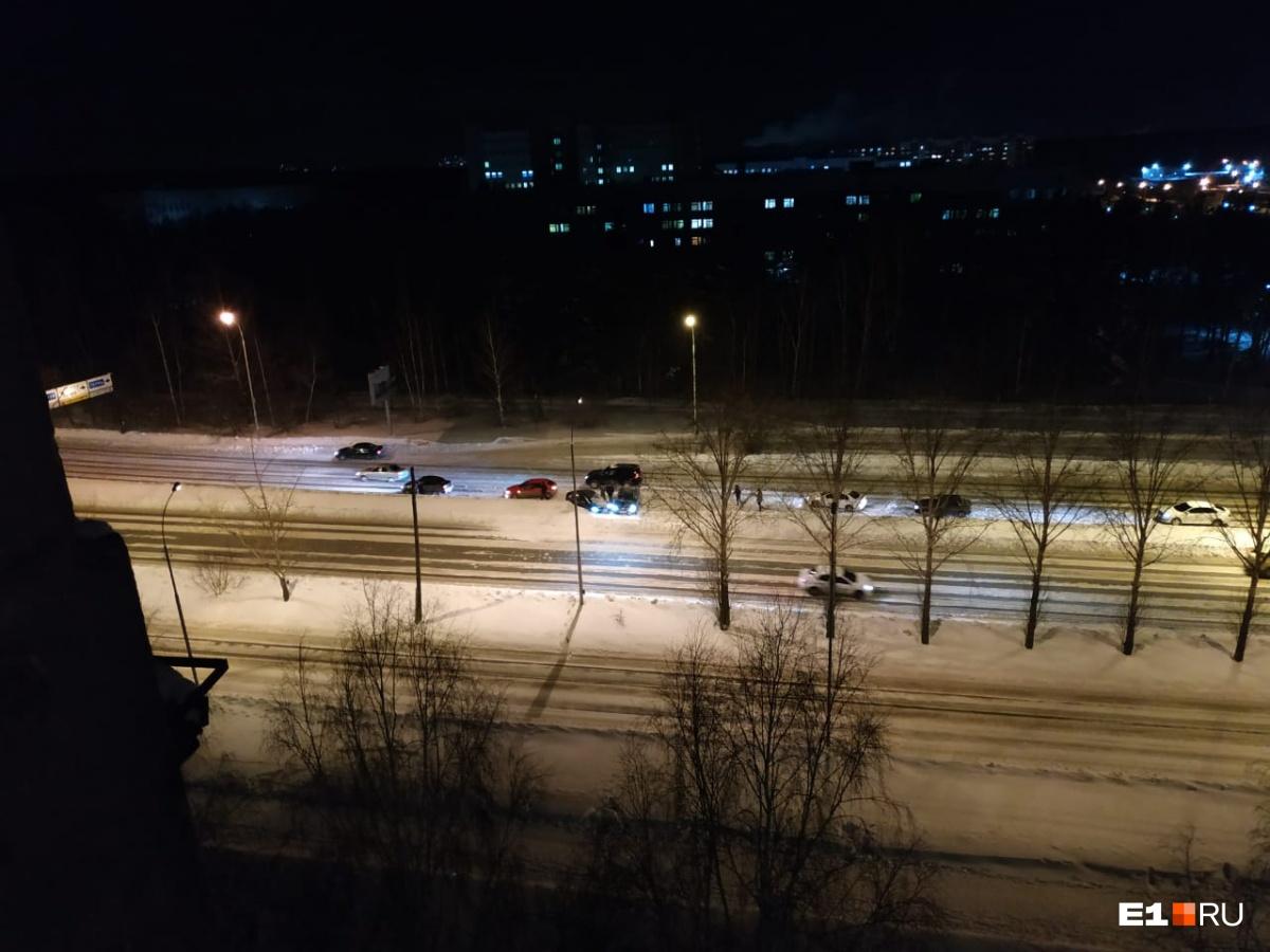 Водители не справляются с управлением: на нечищеных дорогах в Екатеринбурге произошло несколько ДТП