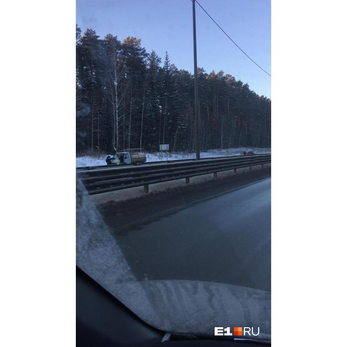 Водители останавливаются и чистят стекла вручную