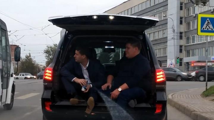 Уфимцев, разъезжавших в открытом багажнике Land Cruiser, сняли на видео
