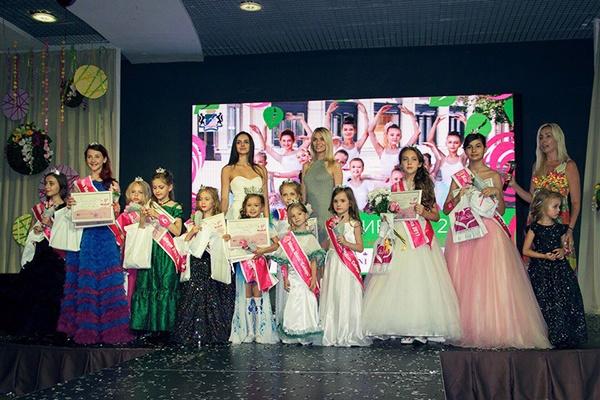 Финалистки конкурса «Мини Мисс Сибирь» и члены жюри