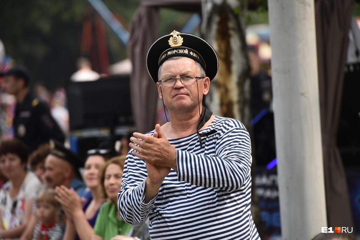 Екатеринбург под Андреевским флагом: фоторепортаж с улиц города, где отмечают День ВМФ