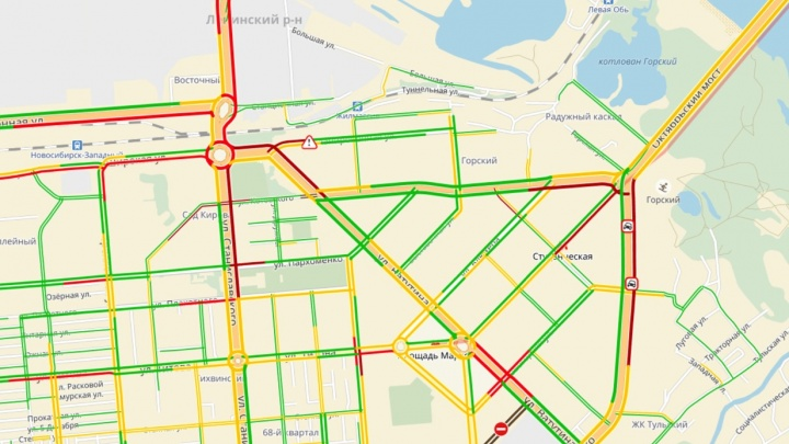 Пробки заблокировали въезд на Октябрьский мост