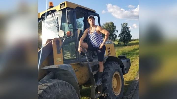 Артемий Панарин прокатился на тракторе по полю и дал интервью о санкциях