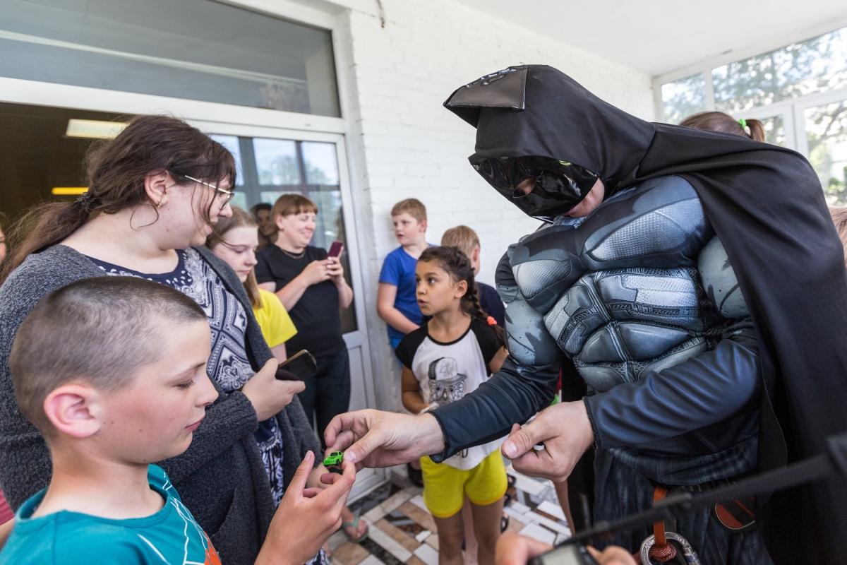 Они подарили детям маленькие подарки. Фото Ольги Бурлаковой