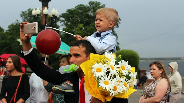 Без парада невест и танцев: в Волгограде День семьи отметят зарядкой и лепкой гипсовых значков
