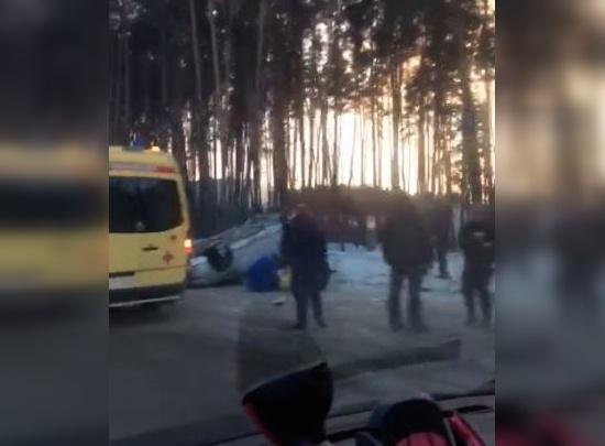 Около клиники Мешалкина перевернулся автомобиль: пострадали мама и двое детей