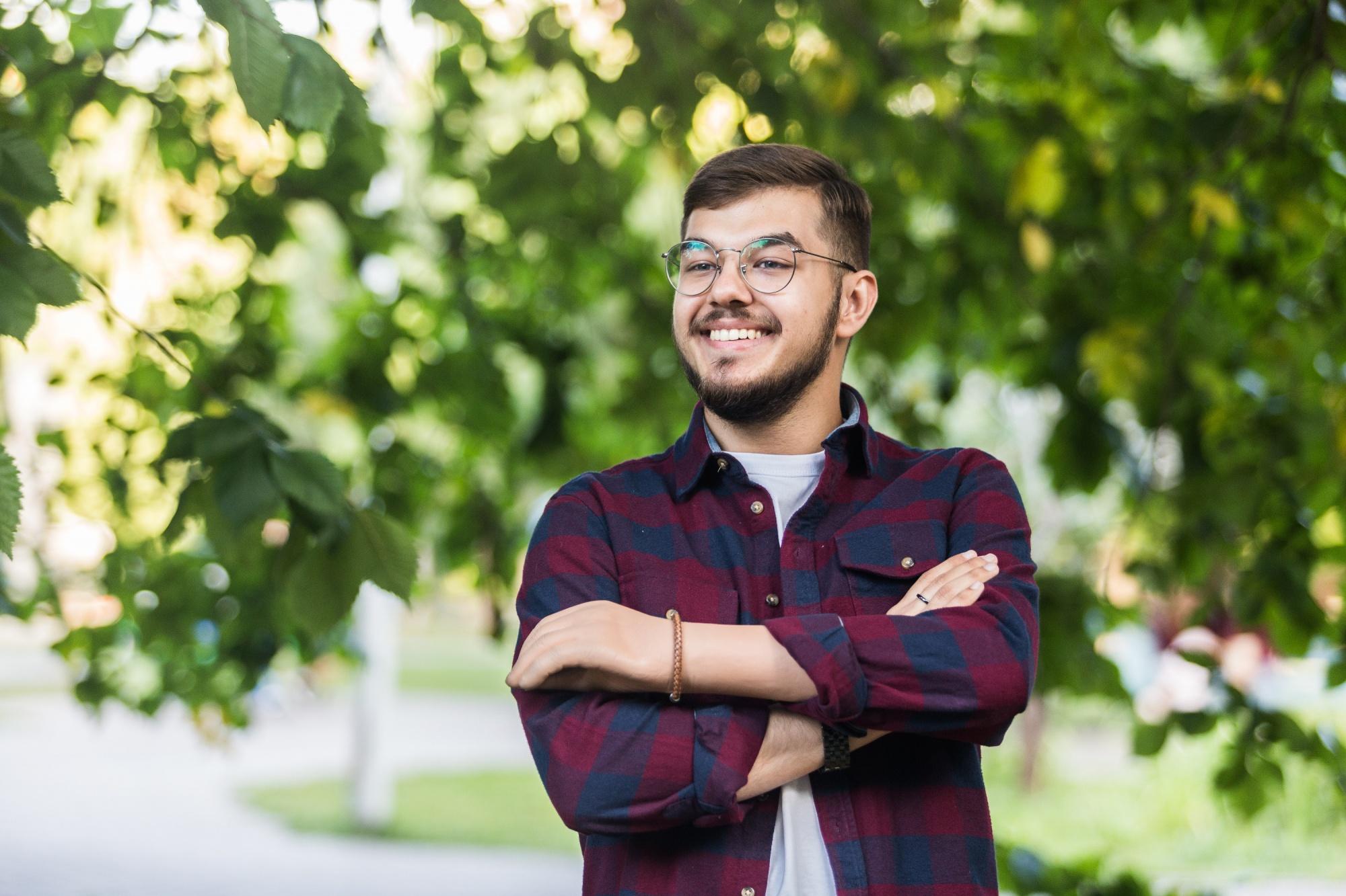 «На меня косились и отстранялись»: история молодого учителя, который живёт с искусственной рукой