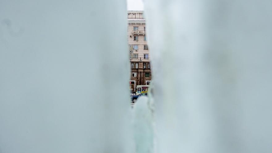 Ледовый городок на площади Революции открыли с трещинами размером с кулак в скульптурах и горках