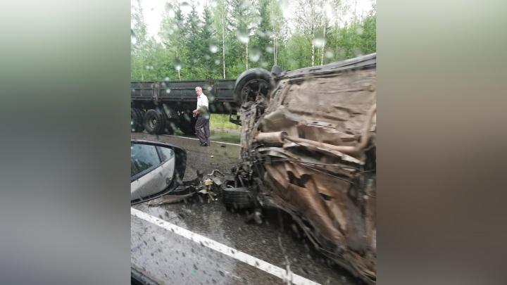 Под Березниками в массовой аварии с пятью машинами погибли три человека