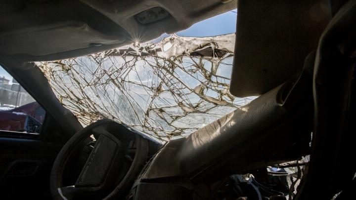Две «Тойоты Камри» врезались лоб в лоб на трассе: два человека погибли и три в больнице