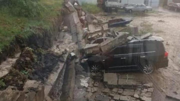 Подпорная стена завалила машины на парковке во время дождя
