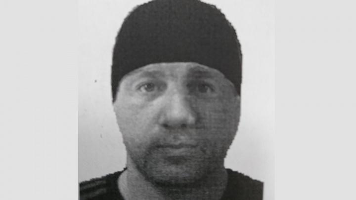 В Омске ищут мужчину, который напал в подъезде на 12-летнюю девочку
