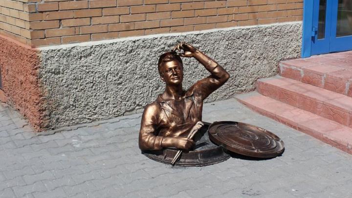 Веселит в унылом городе: мэрию попросили не сносить памятник сантехнику на Дуси Ковальчук
