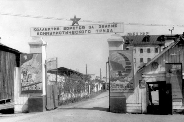 Больше полувека назад за этими воротами располагалась местная сетевязальная фабрика, а дом с надписью «Миру— мир!» когда-то принадлежал купцу Текутьеву, главному меценату дореволюционной Тюмени. Сейчас здесь— рынок «На Минской»<br>