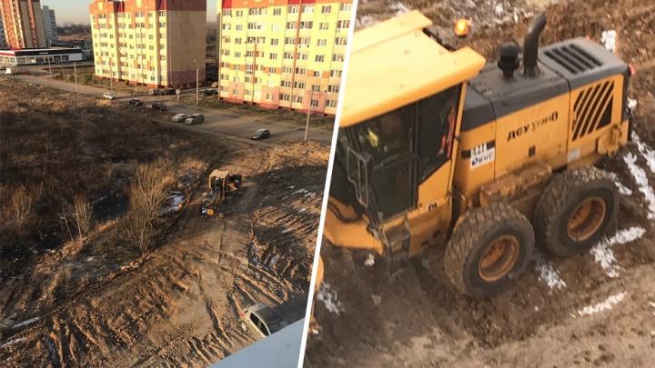 «Дорогу прокладывают по нашему двору»: начали делать объездные пути для перекрытия Тутаевского шоссе