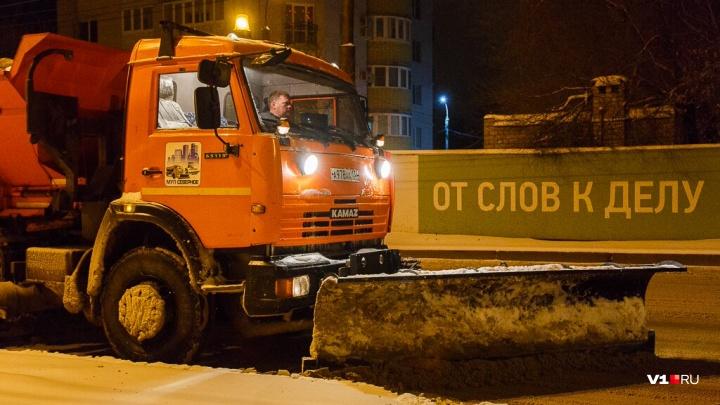 Заторов нет: сотни дорожников всю ночь разгребали снег на заметенных трассах Волгоградской области