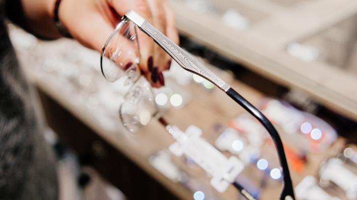 Прочные, как легендарные клинки: почему салон оптики предлагает оправы из дамасской стали