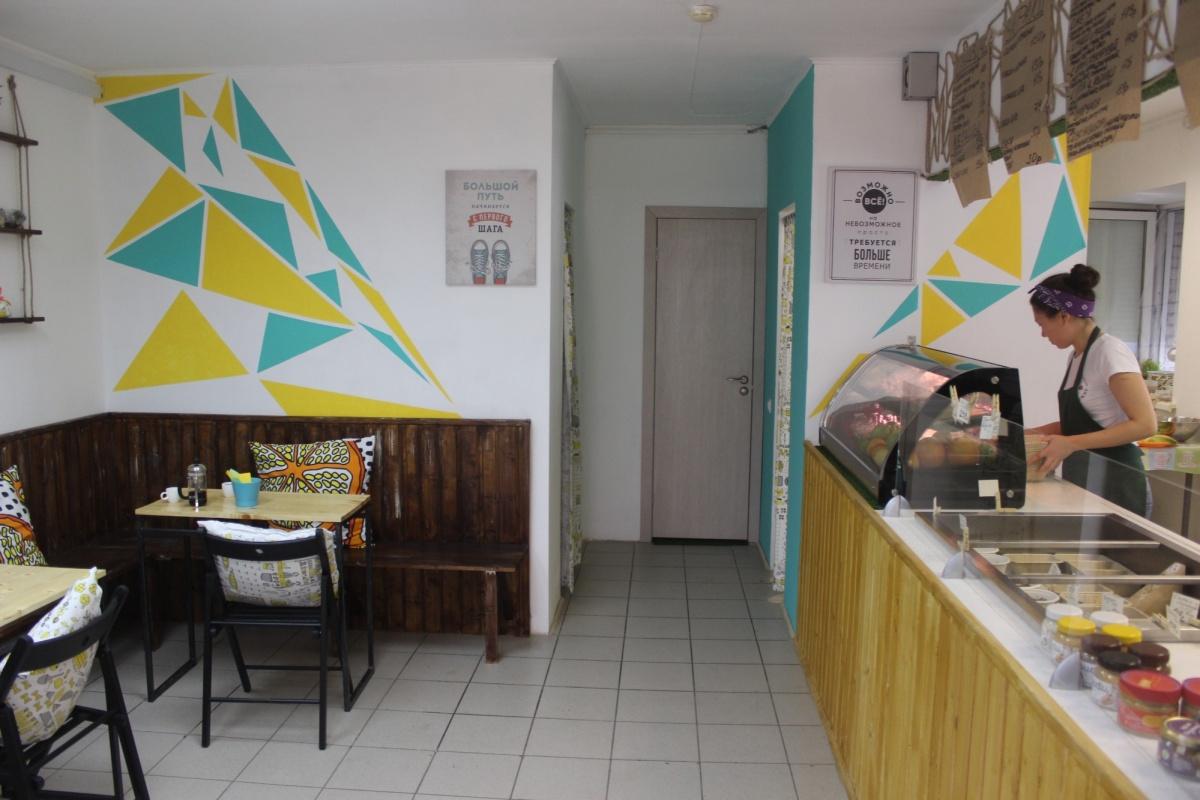 В зале кафе всего три столика. Фото Стаса Соколова