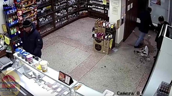 Трое красноярцев выкрали ящик пива из павильона и случайно разбили его о пол