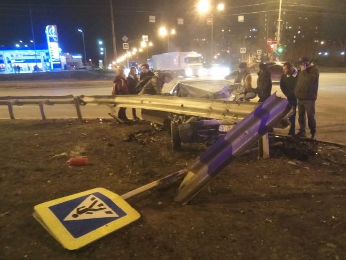 После аварии Toyota влетела под отбойник