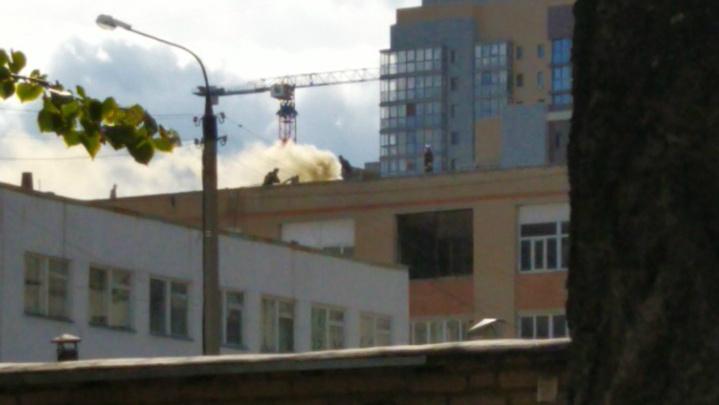 «Пожарные на крыше»: в центре Челябинска загорелось офисное здание