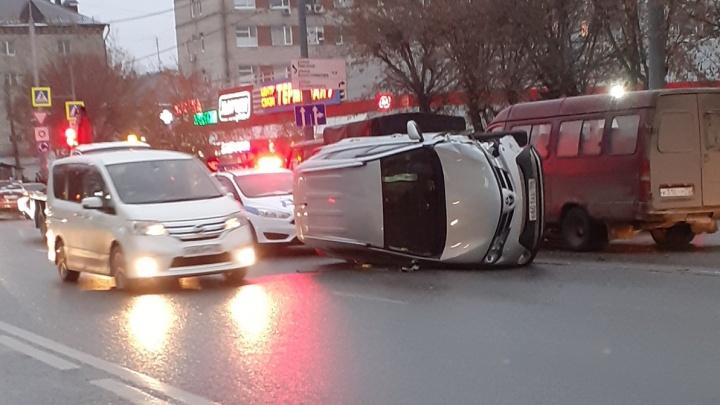 Пьяное ДТП на Ямской, опасные выходки таксистов и сногсшибательный дрифт: дорожные видео недели