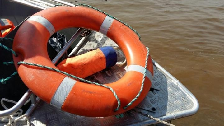Под Тюменью спасатели вытащили на берег четырех экстремалов, застрявших в озере на квадроциклах