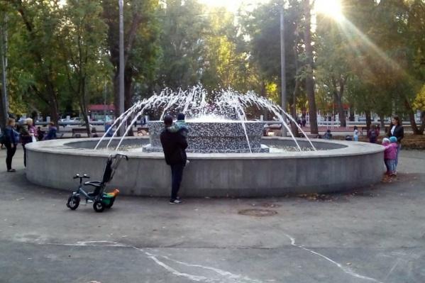 Жители с удовольствием рассматривали отреставрированный фонтан