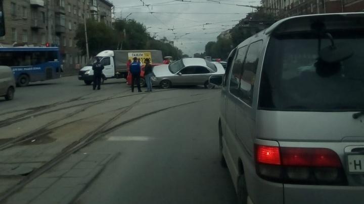 ДТП с двумя авто перекрыло трамвайные пути на проспекте Дзержинского