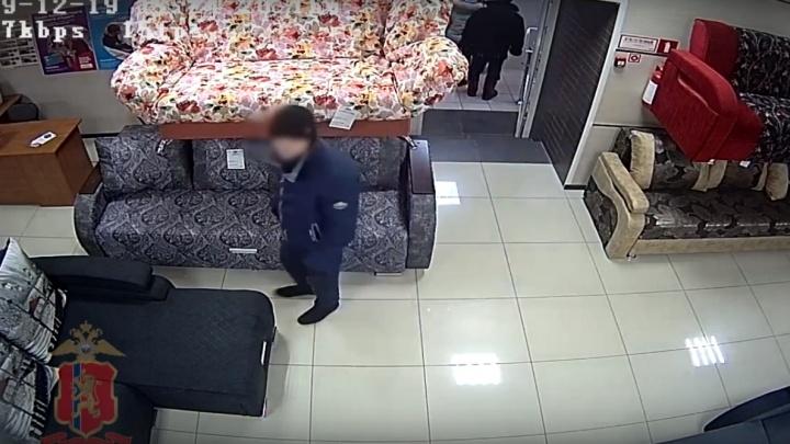 Видео: ловкач украл деньги из кассы магазина в отсутствие продавца