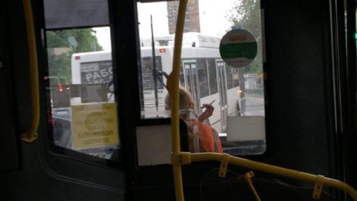 «Нечем было дышать»: в Самаре кондуктора уволили за курение в салоне автобуса