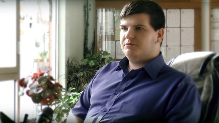 Преподаватель-инвалид из Челябинска попросил помощи омичей, чтобы попасть в здание юрфака ОмГУ