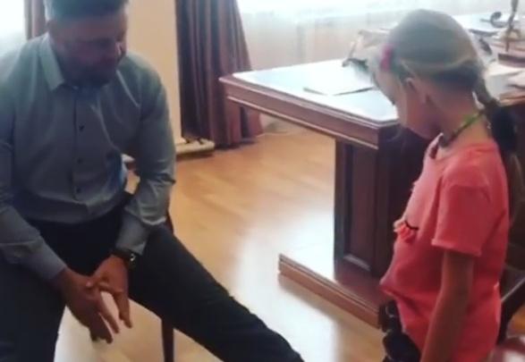 Депутат из краевого Заксобрания поставил ребёнка на битые стёкла