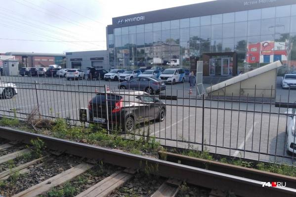 Сегодня утром компания из трёх человек отрезала семь метров трамвайных рельсов, погрузила их в «Газель» и уехала