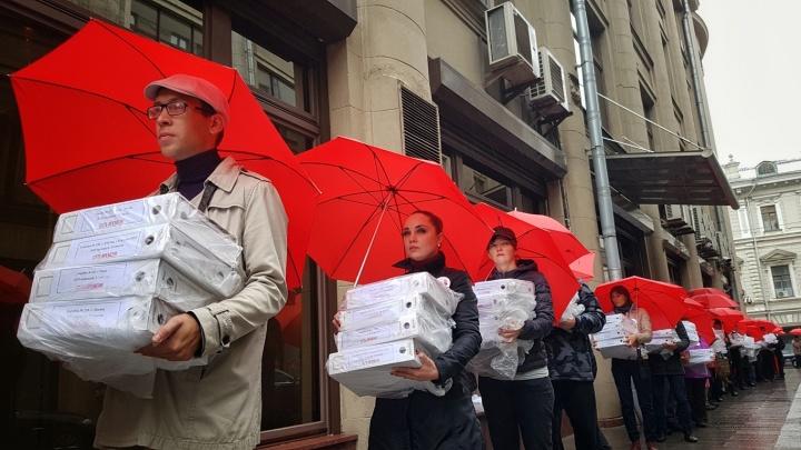 «Путин, опомнись»: миллион подписей против пенсионной реформы занесли в приемную президента