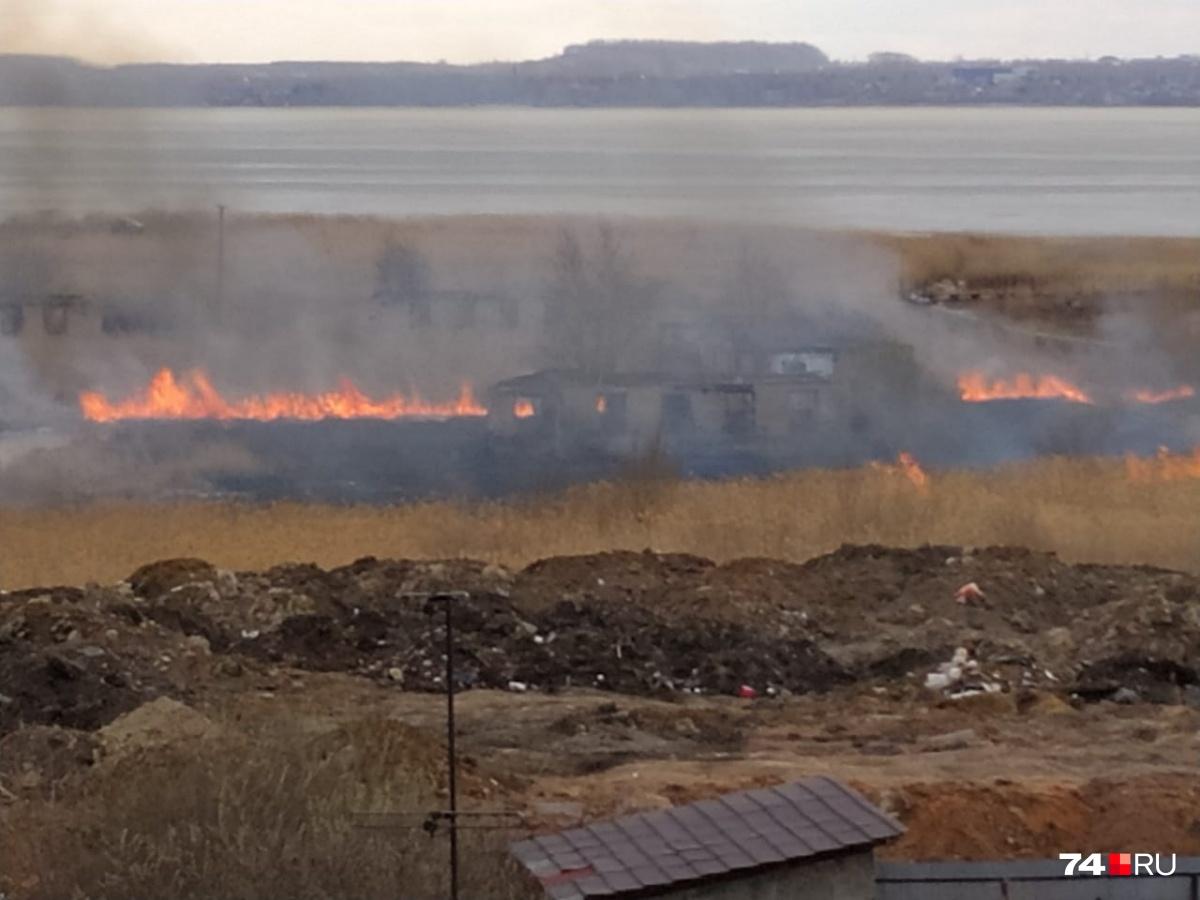 Огонь мигом распространился по сухой траве