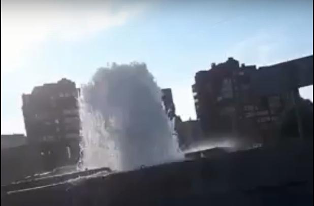 На Урванцева хлещет 3-метровый фонтан воды