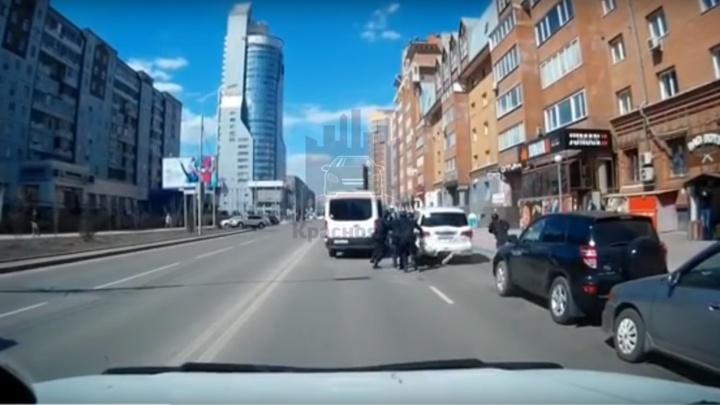 Водитель «Инфинити» убежал от СОБРа в Красноярске: видео неудачной попытки задержания и погони