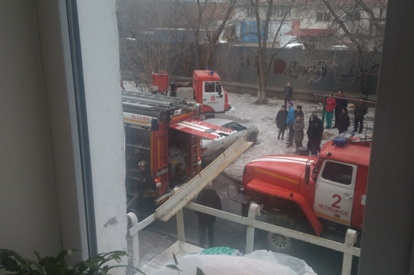 На пожар в жилом доме выезжали четыре автоцистерны и автолестница