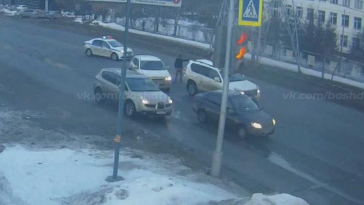 Погоня в Уфе: водитель устроил ДТП на глазах у полицейского патруля и сбежал