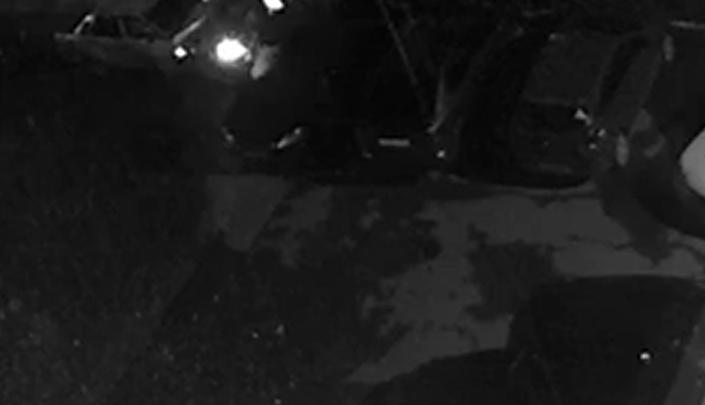 Житель Уралмаша установил на балконе камеру, чтобы следить за своим авто, и заснял на нее воров